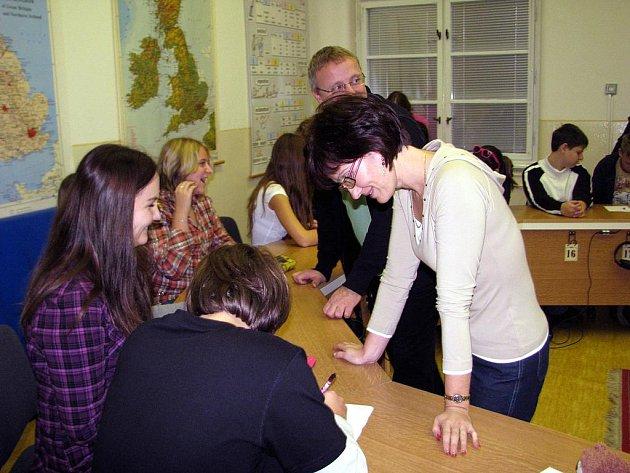 V ŽŠ TGM Rokycany měla v úterý výuka německého jazyka zvláštní podobu. Vedla ji učitelka školy Bronislava Černíčková a pomáhal jí německý kolega Udo Leitz.
