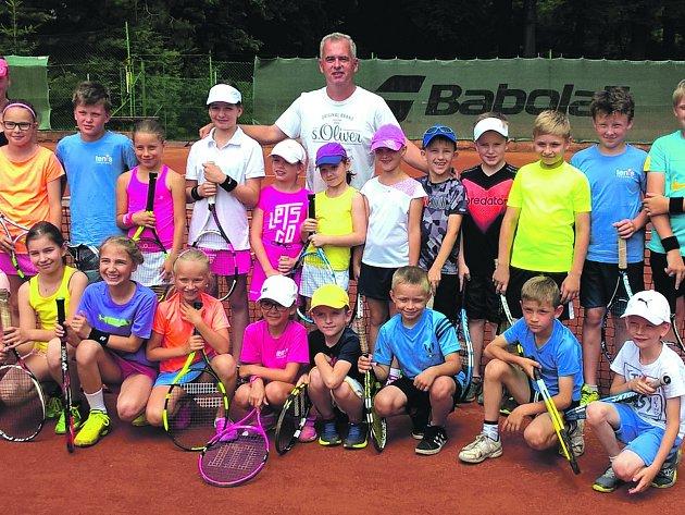 Tenisové naděje měly dostaveníčko na kurtech v rokycanských Alejích. Pozval je sem trenér Michal Košek s dalšími nadšenci z klubu TK. Hrálo se ve třech kategoriích.