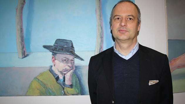 TILO DVOJMO. Německý výtvarník, žijící nyní v Plané, vystavuje svá díla v rokycanské galerii Fouyer. Na snímku jsme ho zachytili v sousedství vlastního autoportrétu.