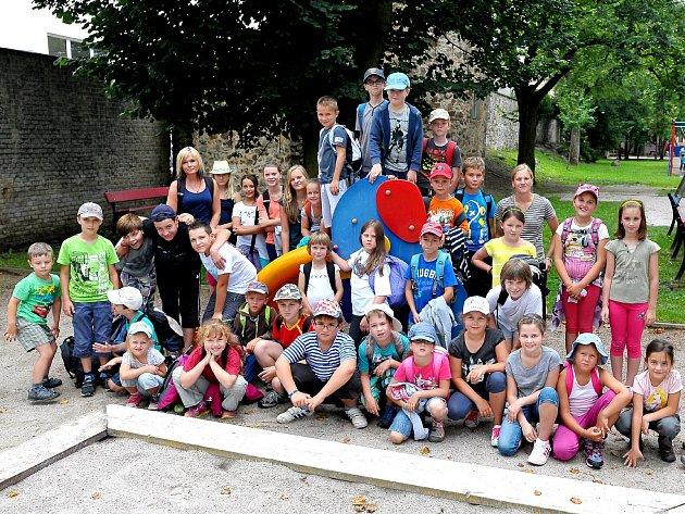 PRVNÍ MAMUT, kterého děti ulovily, byl ten na hřišti za ZŠ TGM v Rokycanech. Po obědě si tam včera daly desetiminutovou přestávku před cestou za město. Tam se chystaly k budování pravěkých chýší!