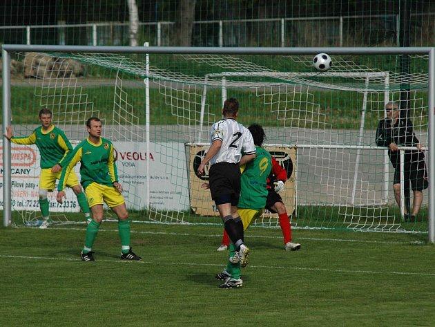 Fotbalisté FC Rokycany porazili na domácím pažitu Stříbro 4:0. Už ve třetí minutě utkání mohl otevřít brankový účet utkání domácí kapitán Pavel Jícha (2), jeho hlavička však těsně pravý horní roh Kostelníčkovy branky.