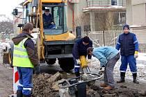 Citelný mráz zahýbal vodovodním potrubím v Rokycanech. Montéři společnosti Veolia zasahovali včera ráno na třech místech. V ulici Boženy Němcové (na snímku), kde byla instalována přenosná signalizace pro motoristy, dále v areálu bývalých uhelných skladů.