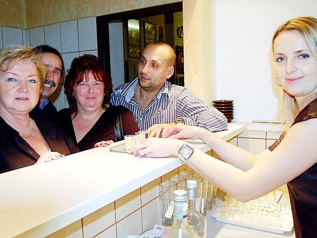 Zhruba  půl milionu korun stála rekonstrukce restauračního zařízení v Nevidě. Vzniklo nové sociální zázemí pro dámy a také bar, kde obsluhovala Lenka Kasalová (vpravo).