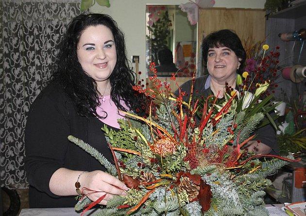 Zdeňka Hacaperková (vlevo na snímku) má teď, stejně jako její maminka Věra, plné ruce práce. Těsně před dušičkami se v jejím obchodě dveře skutečně netrhnou, nejčastější objednávkou jsou květinové vazby na hroby.