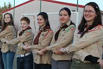POZDRAV SKAUTŮM celého světa a také lidem dobré vůle poslali účastníci prvního kola Svojsíkova závodu. Na školním hřišti v Radnicích se 120 aktérů spojilo držením levou rukou, což je jeden ze symbolů organizace.