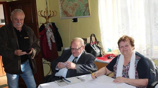 Volby v Medovém Újezdu.