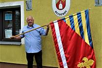 Starosta josef Král s obecními symboly Bezděkova.