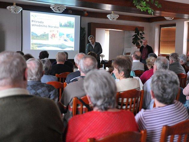 VELKÝ ZÁJEM vzbudila přednáška o přírodě středního Norska, se kterou přijela za členy klubu důchodců Železáren Hrádek dvojice přednášejících z občanského sdružení Společnost Lev z Rožmitálu. Konkrétně Jan Štolcpart a Petr Šmrha.