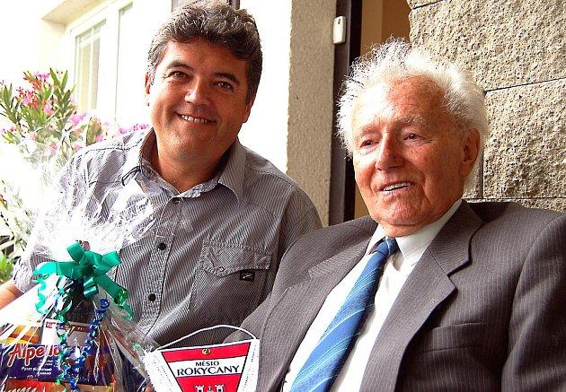 Dva Sýkorové. Mirošovský starosta Vlastimil Sýkora (vlevo) přijal pozvání k oslavě 90. narozenin svého jmenovce Rudolfa.