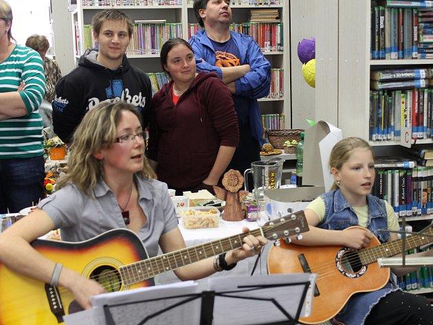 LENKA HANZLÍKOVÁ a Viki Čýžová (zleva) při vernisáži výstavy v Hrádku zahrály na kytaru.