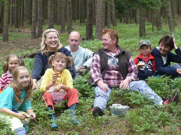 O víkendu uspořádala část členů SK Trokavec pro děti výlet do lesa. Spojený byl se sběrem borůvek a šišek.