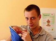 JAKUB MUCEK z Rokycan se narodil 15. března sedm minut před pátou ráno. Maminka Jana a tatínek Michal, který je s Jakoubkem na fotce, věděli dopředu, že jejich první potomek bude kluk. Jakub se narodil s mírami 2720 gramů a 45 cm.