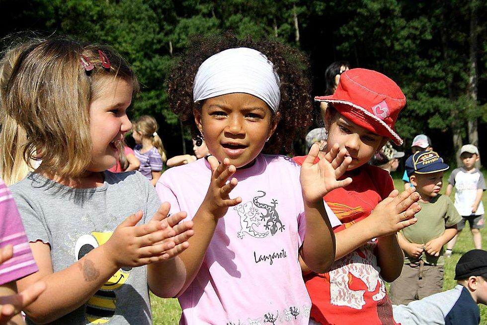 Děti bouřlivým potleskem nešetřily. Na snímku jsou D. Nowakova, N. Kalomba a V. Röschová z mateřinky.