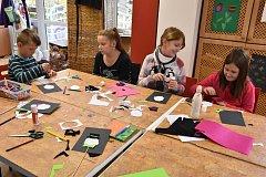 PRÁZDNINY využily děti k tvoření. Stejně tak i Tonda Nečas spolu s Vivianou a Lilianou stejného příjmení, i kamarádkou Katkou Wirthovou. Včera dopoledne mladí kreativci vyráběli co nejoriginálnější a nejhezčí dekorace pro strašidelný stůl.