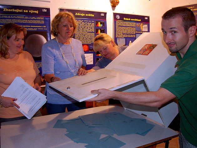 Členové komise po dvacáté hodině urnu odpečetili věnovali se sčítání hlasů. Zleva se tento akt týkal Jiřiny Vaškové, Jany Kratochvílové, Danuše Pavelkové i Jakuba Ferschmanna.