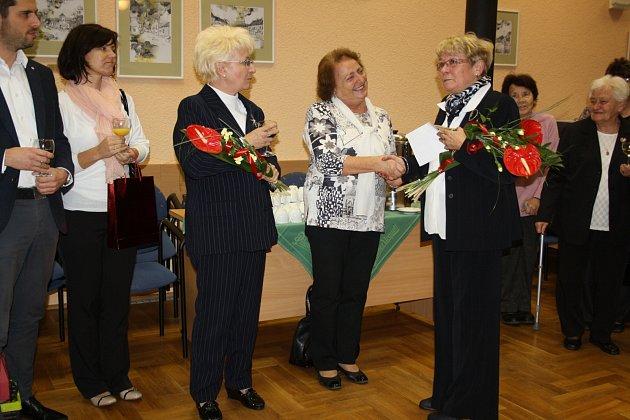ONKO KLUB ROKYCANY ve středu navečer slavil patnácté jubileum své existence. Mimo jiné i senátorka Milada Emmerová (vlevo), primářka Božena Sůvova a květiny předává předsedkyně klubu Anna Šímová.