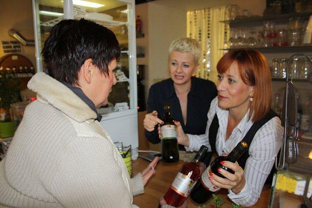 Jana Svobodová navštívila včera kavárnu Papáto, aby si zde koupila svatomartinské víno. Na snímku jí nabídku sortimentu ukazuje Eva Wágnerová (vpravo) společně se Slavěnou Milnaříkovou.