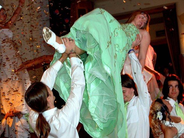 V rokycanské sokolovně plesali budoucí maturanti ze 4. B gymnázia. Nácviku předtančení věnovali desítky hodin, ale stálo to za to. Finálová kreace vyvolala bouři potlesku.