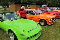 VERONIKA KOUBKOVÁ z Prahy byla nejen spoluorganizátorkou srazu vozů značky Opel, ale také se v kempu Veselý Habr u Volduch pochlubila svým zeleným miláčkem.