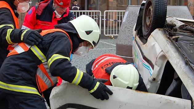 Mezi soutěžícími 5. ročníku Memoriálu Jindřicha Šmause byla i jednotka z Hradce Králové, která předvedla na rokycanském Masarykově náměstí vyprošťování ve spolupráci s občanským sdružením lékařů, záchranářů a zdravotních sester Rescue Squad (na snímku).