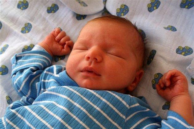 Tobiáš ZÁTKA z Rokycan se narodil 13. dubna v 17 hodin a 26 minut. Maminka Petra a tatínek Jiří věděli dopředu, že jejich první dítě bude chlapeček. Malý Tobiáš vážil při narození 3620 gramů, měřil 50 cm.