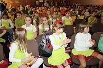 SÁLU ZÁKLADNÍ UMĚLECKÉ školy v Rokycanech, který se stal centrem klání dětských pěveckých sborů z celého kraje, na barevnosti přidaly nejen veselé písničky, ale i přímo jarně pestré oblečení jednotlivých účinkujících.