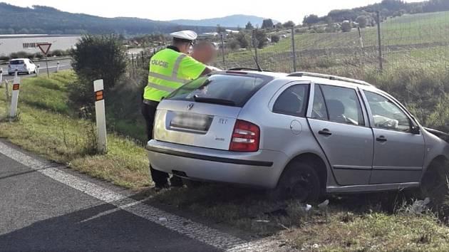 Takhle dopadla v neděli odpoledne škodovka na dálničním nájezdu za Mýtem ve směru Rozvadov. Došlo ke zranění dvou pasažérů.