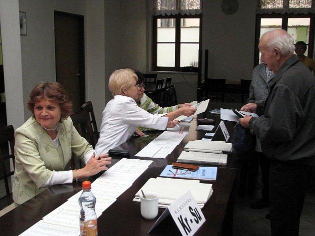 Svůj hlas kandidátům stran a uskupení v okresním městě přišli občané odevzdat i do volební místnosti v takzvaném Zeleném domě na náměstí. Byl mezi nimi například Ladislav Šíma (na snímku).