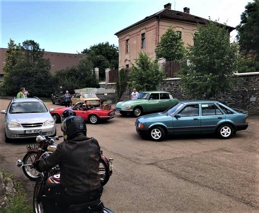 Automobiloví veteráni z Plzně obsadili Svaťák.