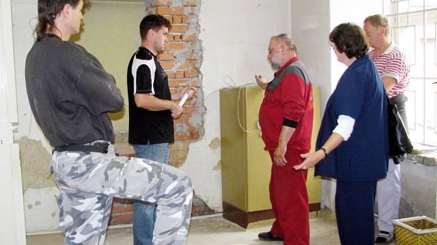 Ředitelka Miroslava Šandová se už také s  odborníky – Jiřím Zajíčkem (uprotřed) Jiřím Blovským, Ladislavem Pajerem  a Miroslavem Vlčkem (u okna) domlouvala  kvůli  elektřině.