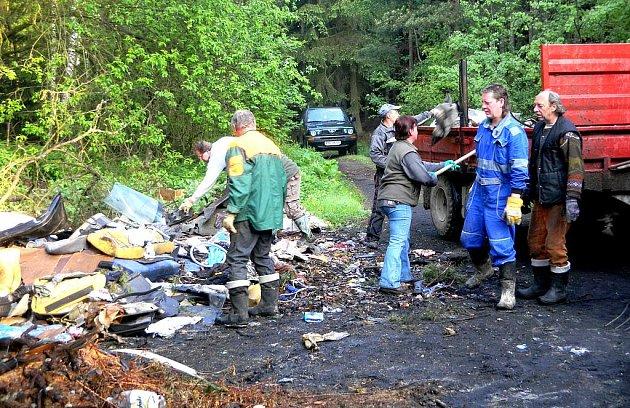 Pro likvidaci černé skládky  čtyř a půl tun odpadků byla potřeba i těžká technika.
