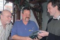Mluvčí rokycanské radnice Jan Engler jednal v pondělí s představiteli americké strany o zajištění dvacátého ročníku Dne veteránů. Vlevo je North Puttnam a vedle něho šéf třetího distriktu Anthony Classe.