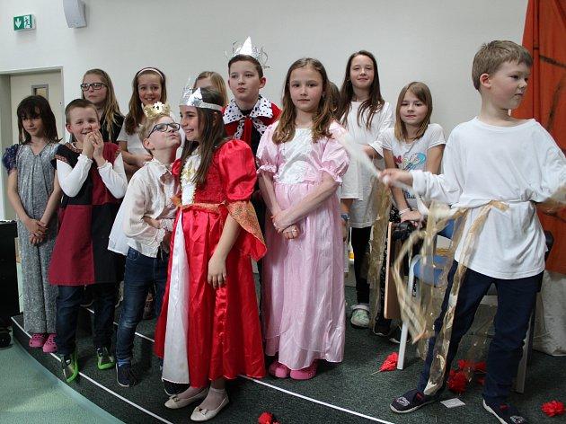Na snímku mladší z dramatických souborů školy při představené Šípková Růženka.