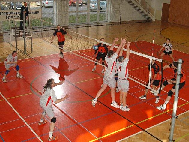 Na palubovce gymnázia se představili i muži Rokycan. Přivítali v utkáních skupiny o 7. až 10. místo plzeňský Union a zaznamenali první vítězství. Druhý duel se však stal kořistí hostů.
