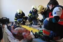 Cvičení se v Domově Harmonie Mirošov týkalo všech složek IZS. Zachraňovali, mimo jiné, popálenou nepohyblivou osobu.