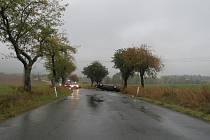 MLADÝ MUŽ zaparkoval vůz mimo komunikaci nedaleko Oseku. Naštěstí vyvázl bez zranění.
