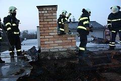 VČASNÝM ZÁSAHEM hasičů naštěstí nelehl celý dům v Mýtě popelem.