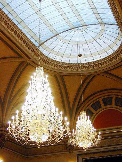 Zámek zkrásněl. Postaral se o to prosklený strop a lustry.