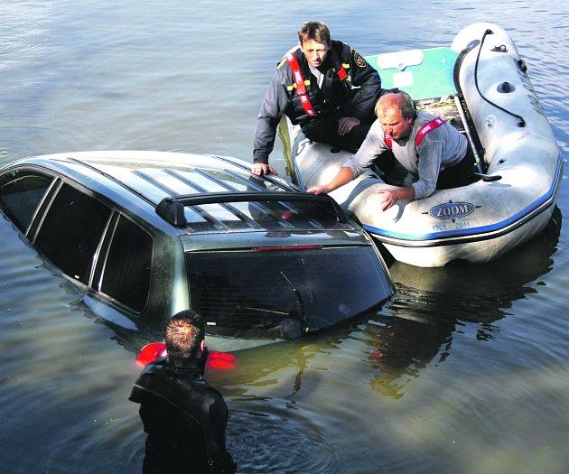 Rokycanští profesionálové v pátek odpoledne vytahovali terénní vozidlo z Boreckého rybníka.
