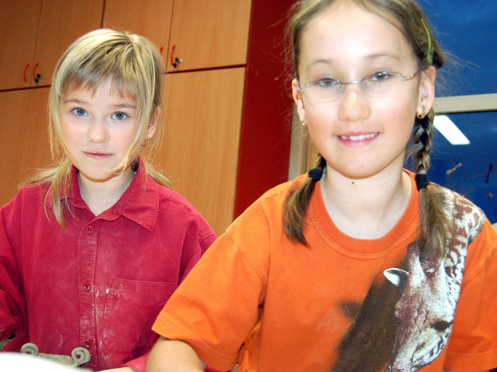 Patnáct žen vyrábělo v rokycanském Domě dětí a mládeže aroma lampičky. Benjamínky byly Tereza Műllerová a Magdalena Abtová (zleva).
