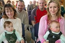V Litohlavech se do pamětní knihy podepsali o víkendu maminky a tatínkové pěti nedávno narozených dětí. Slavnostní chvilky se týkaly i Matěje Krejčího a Daniela Šnajdra (zleva).