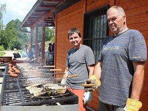 Radničtí rybáři nemohli návštěvníky kulturních slavnosti zklamat. V neděli jim připravili k obědu  rybí polévku a nejrůznější grilované či uzené rybí pochoutky.