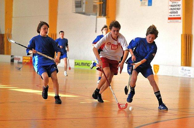 Z vítězství v zahajovacím utkání mistrovského florbalového turnaje se radovali starší žáci Radnic (v bílém).
