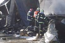 Desítky hasičů bojovaly v pondělí s požárem starých lednic v bývalých strašických kasárnách.