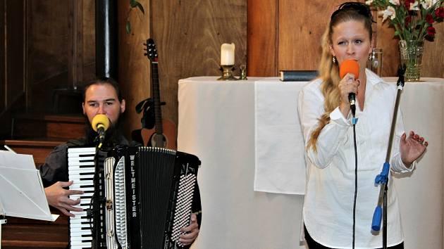Přes čtyřicet posluchačů dorazilo v závěru týdne do Jiráskovy ulice na zahajovací koncert festivalu Jaro v evangelickém kostele. O působivou premiéru se postarala zpěvačka Viktorie Dugranpere a doprovázel ji akordeonista František Tomášek.