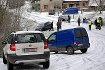 HNED PĚT OSOBNÍCH VOZIDEL přerušilo svoji cestu na cestě ze Strašic do Rokycan. Nad Kamenným Újezdem se jim stala osudná namrzlá a zasněžená zatáčka. Ta potrápila mnoho dalších řidičů, a to nejen v zimních měsících.