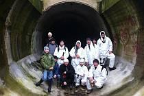 Jedním ze dvou tunelů z Ejpovic směrem Horomyslice a Dýšina prošlo v sobotu čtrnáct turistů a také tři psi.