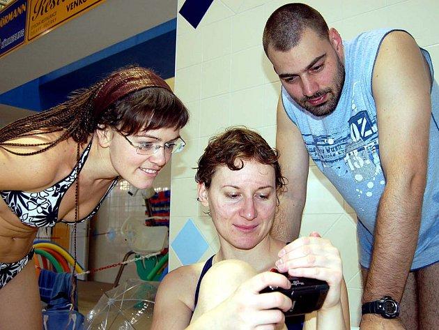 Hodně těžké to měli účastníci mistrovství republiky ve fotografování pod vodou v rokycanském bazénu. Z množství snímků museli vybrat tři nejlepší i Plzeňané Nora Štachová, Alena Voráčková a David Šmíd.