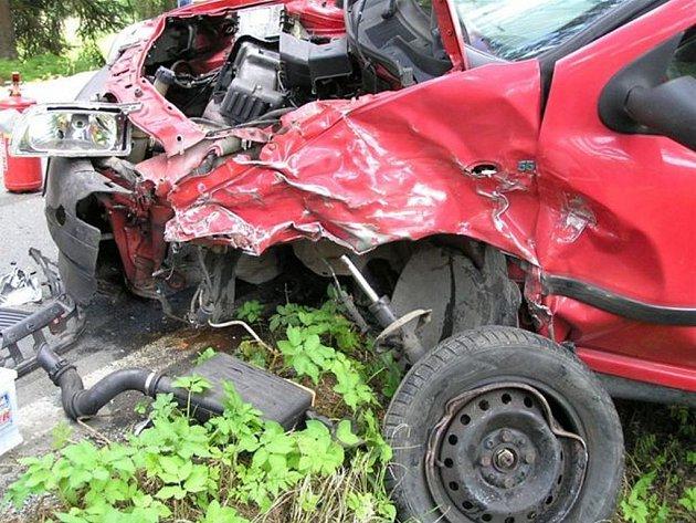 Pět zraněných osob si vyžádal nedělní nehoda na silnici mezi Hůrkami a Dobřívem.