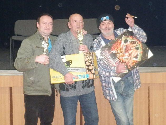 ZAJEČOVSKÁ PENALTA zná letošní vítěze. Jsou jimi Antonín Kadlec ze Železného Újezdu (uprostřed), Martin Kozák z Komárova (vlevo) a Jiří Hochman za Zbiroha (vpravo).